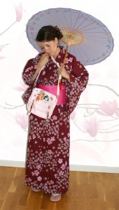 Maki mit Kimono, Schirm und Tasche